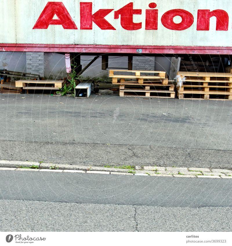 Nur Action bringt Satisfaction Aktion Werbung Schrift Schriftzug Anhänger Sattelauflieger Paletten Schriftzeichen Buchstaben Text Zeichen Wort rot Asphalt