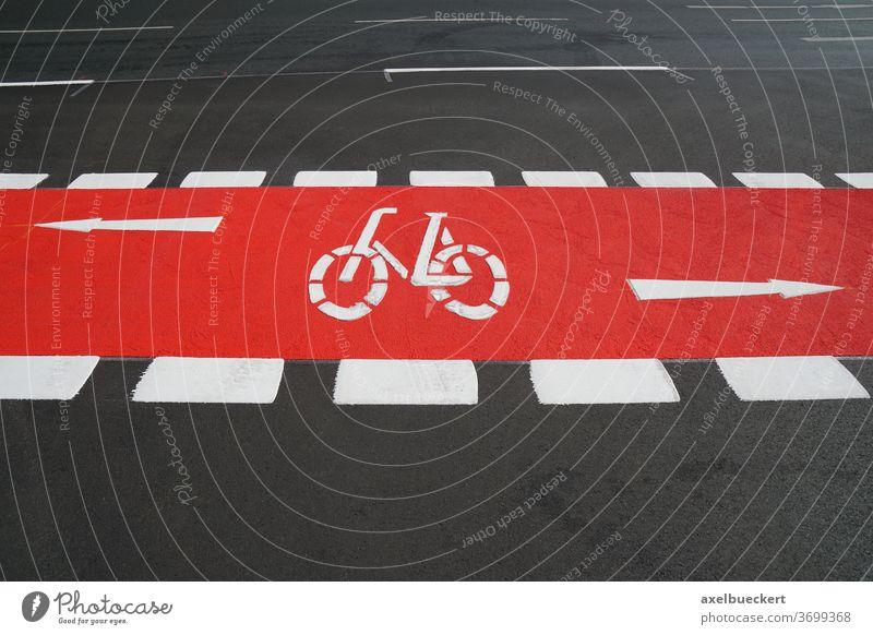 Fahrradspur rot markiert Radweg Radfahren Straßenverkehr Fahrradweg Fahrspur Weg Fahrradfahren Verkehr Großstadt Symbol Zeichen Asphalt Sicherheit Transport