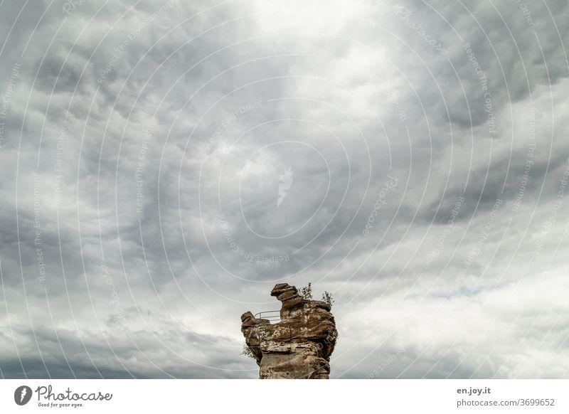 Der Zahn der Zeit Burgruine Drachenfels Felsen Erosion Himmel Wolken Weitwinkel minimalistisch Ruine historisch alt Wolkendecke Außenaufnahme Menschenleer Tag