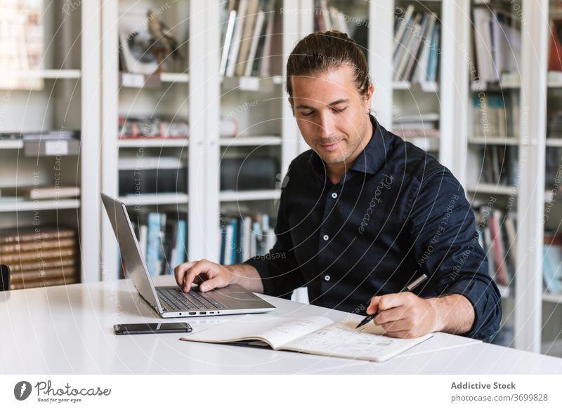 Beschäftigter männlicher Unternehmer arbeitet am Laptop im Büro Geschäftsmann Tippen Papierkram beschäftigt Fokus benutzend Arbeit zur Kenntnis nehmen Notebook