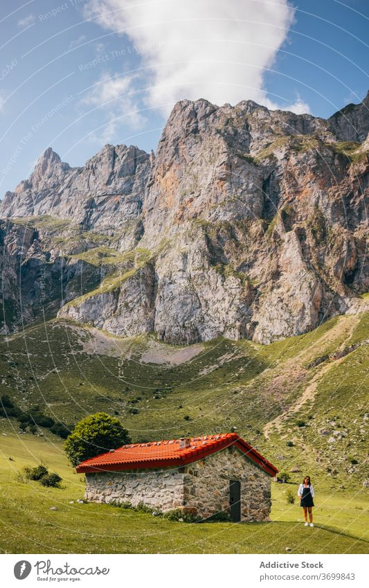 Weiblich stehend in der Nähe von Steinhaus in grünem Bergtal Frau Berge u. Gebirge Tal Ambitus Haus reisen wohnbedingt wandern Feiertag Picoos de europa Kabine