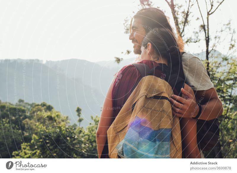 Glücklich reisendes Coupé im Hochland Urlaub Natur Paar Berge u. Gebirge genießen Reise Tourist Zusammensein Umarmung Sri Lanka Sommer sonnig Hügel