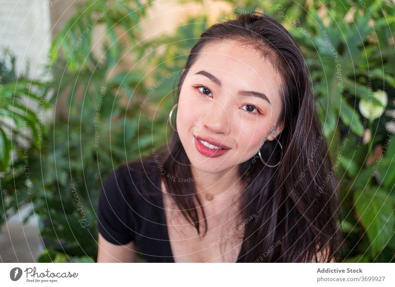 Ethnische Frau im botanischen Garten sich[Akk] entspannen Lächeln Glück Pflanze Lachen natürlich ethnisch Freude asiatisch Windstille ruhen charmant genießen