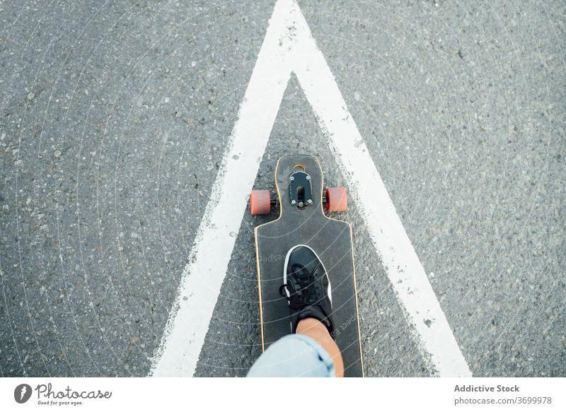 Crop Skater auf Longboard auf der Straße Mitfahrgelegenheit Mann Hobby extrem urban sich[Akk] entspannen cool männlich Sommer jung Hipster stehen modern Stadt