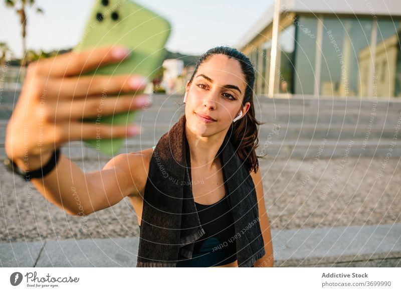 Sportliche Frau nimmt Selfie auf der Straße sportlich Smartphone passen jung modern Apparatur Ohrstöpsel schlank Fitness Mobile Telefon Training Gerät Athlet