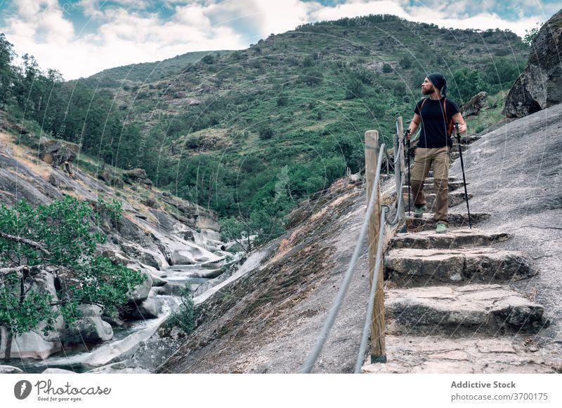 Männlicher Wanderer in bergigem Gebiet Berge u. Gebirge Mann bewundern Hochland Trekking Mast Abenteuer Landschaft Fernweh männlich majestätisch Tourismus
