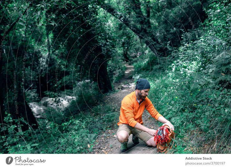 Reisender mit Rucksack im Wald reisen Urlaub Mann Wälder Vollbart Nachlauf grün Tourist männlich Windstille Tourismus Ausflug Sommer Feiertag