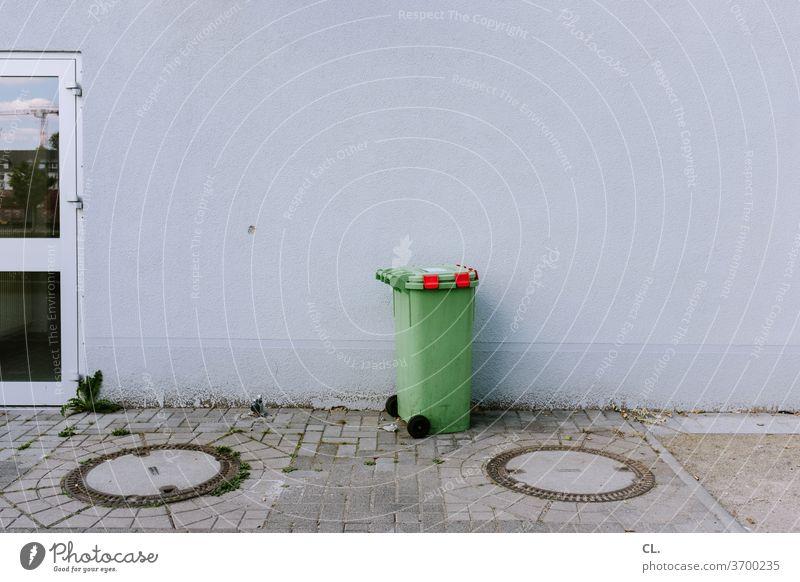 grüne tonne Grüne Tonne Müll Müllbehälter Müllentsorgung Müllabfuhr Mülltonne trist Wand Gully Umweltschutz umweltbewusstsein Recycling Müllverwertung