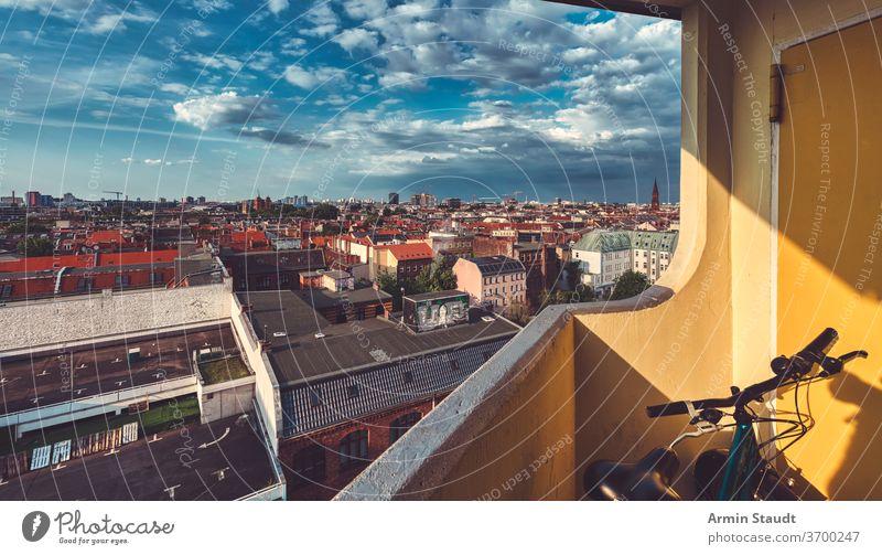 Das Häusermeer in Berlin Kreuzberg von einem Balkon mit dramatischem Himmel aus gesehen Fahrrad Landschaft urban Großstadt Stadt Wolkenkratzer breit weit Haus