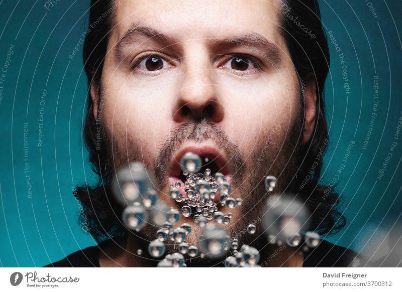 Mann mit offenem Mund, der Mikropartikel ausatmet oder einatmet. Umweltverschmutzung, Coronavirus und Epidemiekonzept. ansteckend medizinisch Bakterien blau