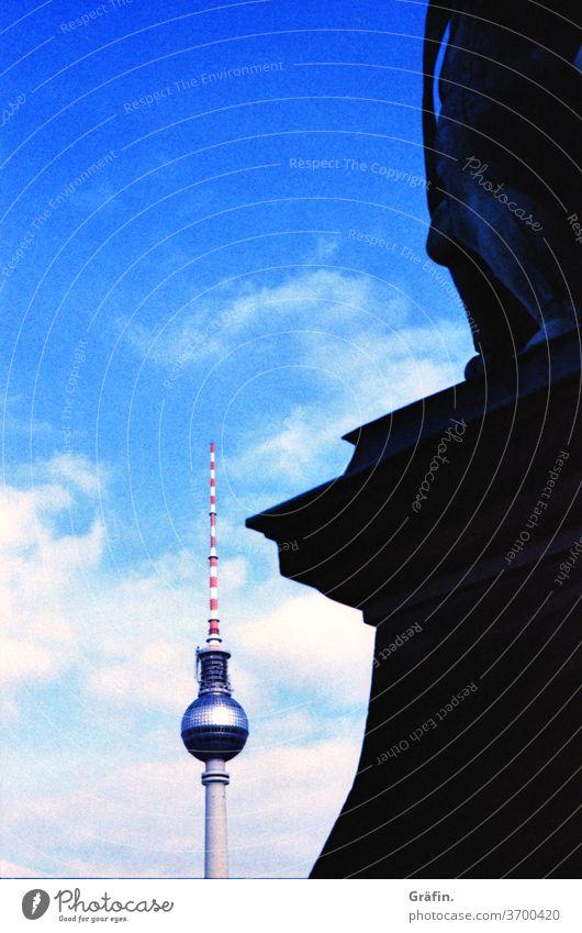 Berliner Fernsehturm Ansichten Wahrzeichen Sightseeing Sehenswürdigkeit Hauptstadt Aussicht blauer Himmel Analog Filmfotografie Architektur