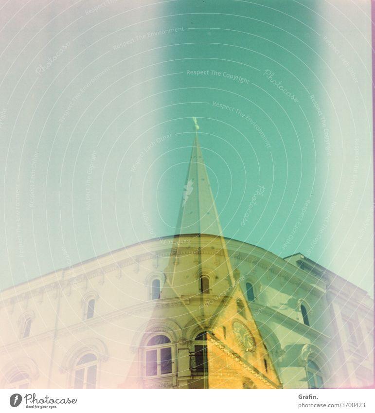 Wenn deine Kamera plötzlich doppelt sieht dann hast du wohl eine Holga, die zuerst einen Kirchturm und dann einen Altbau fotografiert hat. Beides irgendwo in der Hamburger Innenstadt und bei bestem Sommerwetter