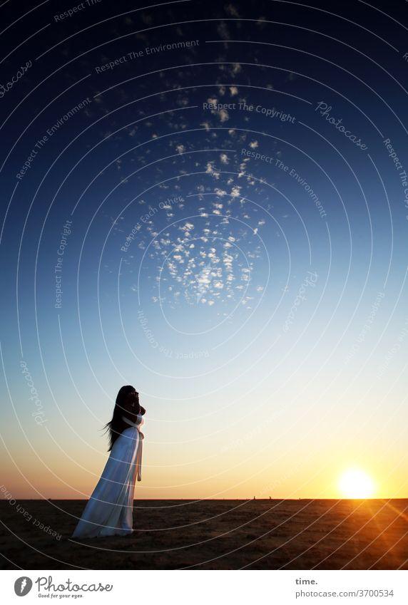 Der Ferne so nah frau kleid abend küste himmel wolken sonne sonnenlicht sonnenstrahlen gegenlicht stehen ruhe raum weite genießen entspannen erholen horizont