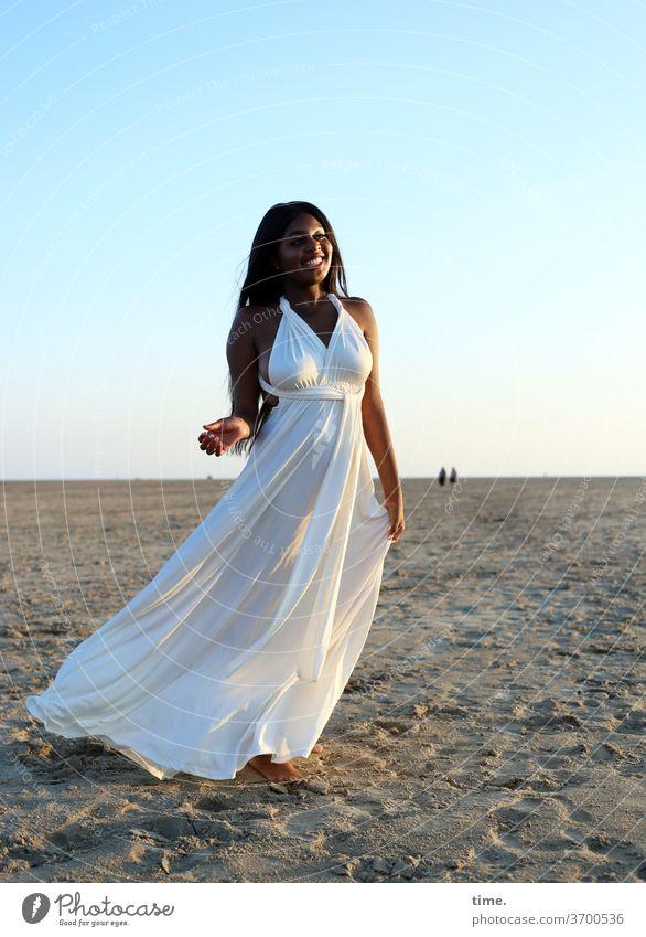 Arabella frau kleid küste sonne himmel abend stehen genießen weite raum erholen strand sand horizont langhaarig dunkelhaarig abendlicht fernweh melancholie