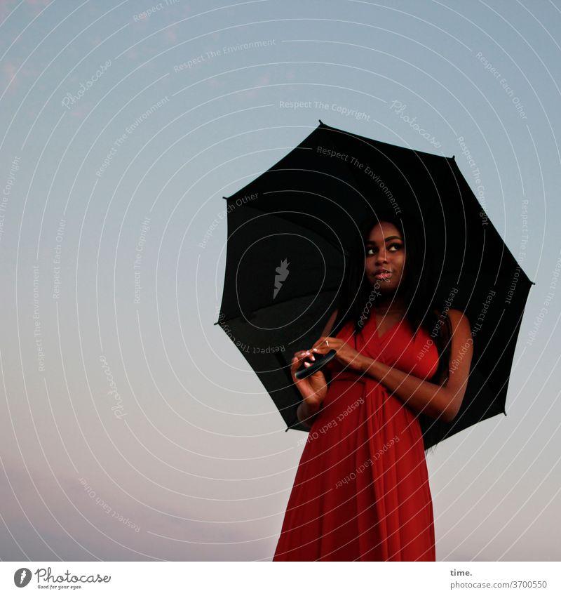 Arabella frau halten beobachten weiblich schirm warten elegant skeptisch rot nordsee himmel strand kleid langhaarig dunkelhaarig stimmung abend blick schauen