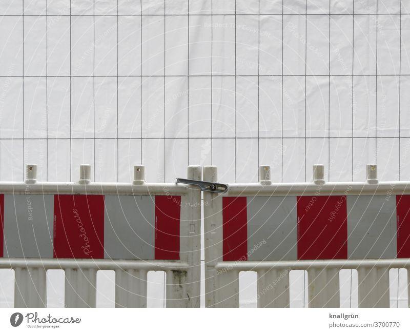 Doppelte Absicherung einer Baustelle Sicherheit Schutz Außenaufnahme Bauzaun Barriere Zaun Gitter Strukturen & Formen Absperrung Metallzaun Muster