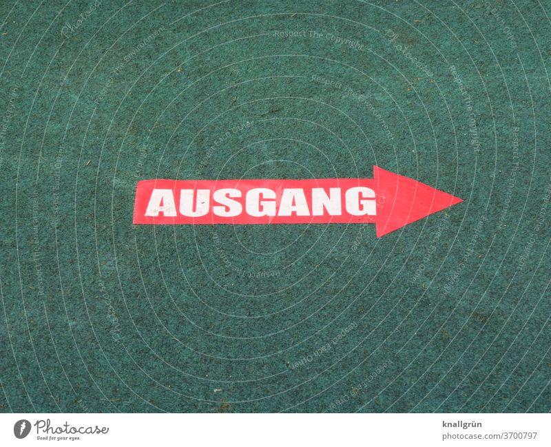 """Roter Pfeil mit dem Wort """"AUSGANG"""" in weißer Schrift auf grünem Teppich Ausgang Schilder & Markierungen Hinweisschild Zeichen Richtung Wegweiser Orientierung"""