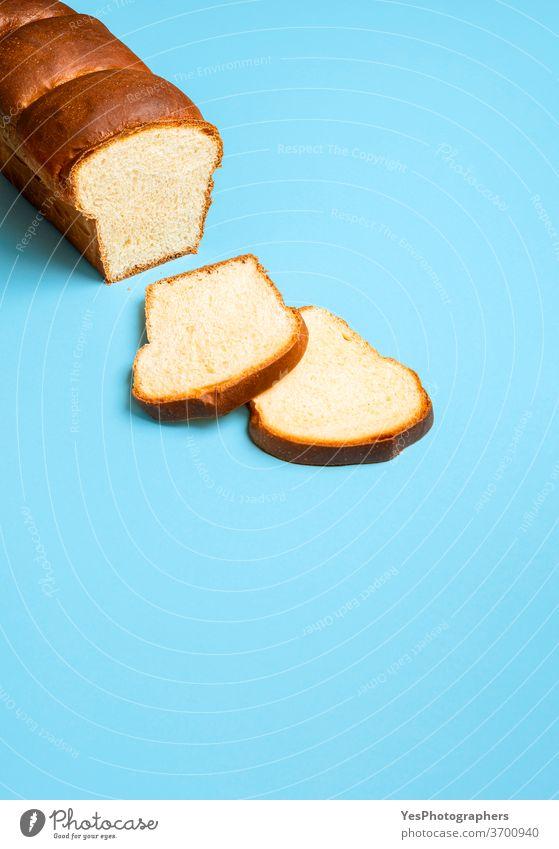 Sauerteig-Sandwichbrot auf einem blauen Tisch. Hausgemachtes Hokkaido-Milchbrot gebacken Bäckerei Blauer Hintergrund Brot Brioche Butter Textfreiraum Kruste
