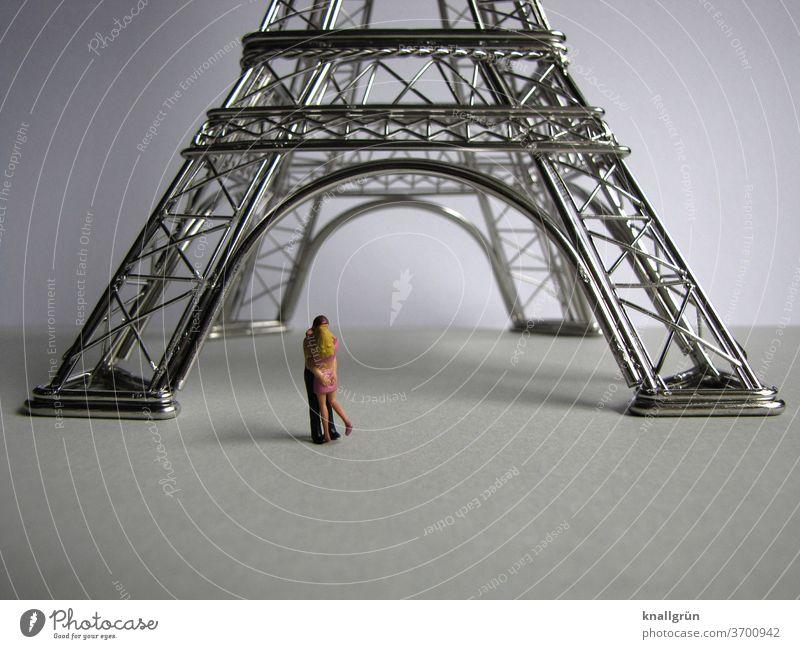 Küssendes Paar unter dem Eiffelturm Liebe Sehenswürdigkeit Zusammensein Glück Verliebtheit Liebespaar Partnerschaft zusammengehörig Vertrauen harmonisch
