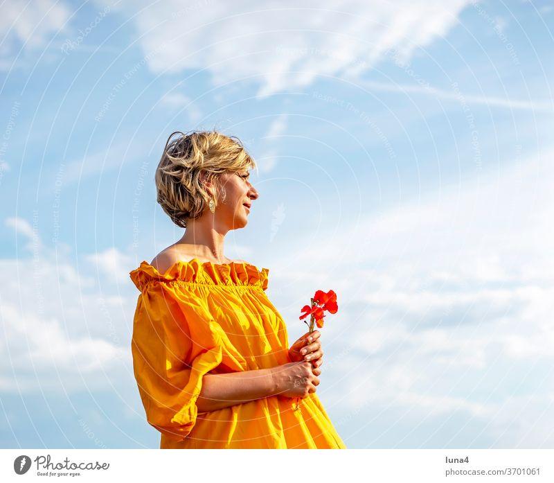Frau mit Mohnblumen Blumenstrauß Sonne genießen sonnen halten lächeln lachen junge Frau sinnlich anmutig papaver glücklich fröhlich Auszeit Glück Freude