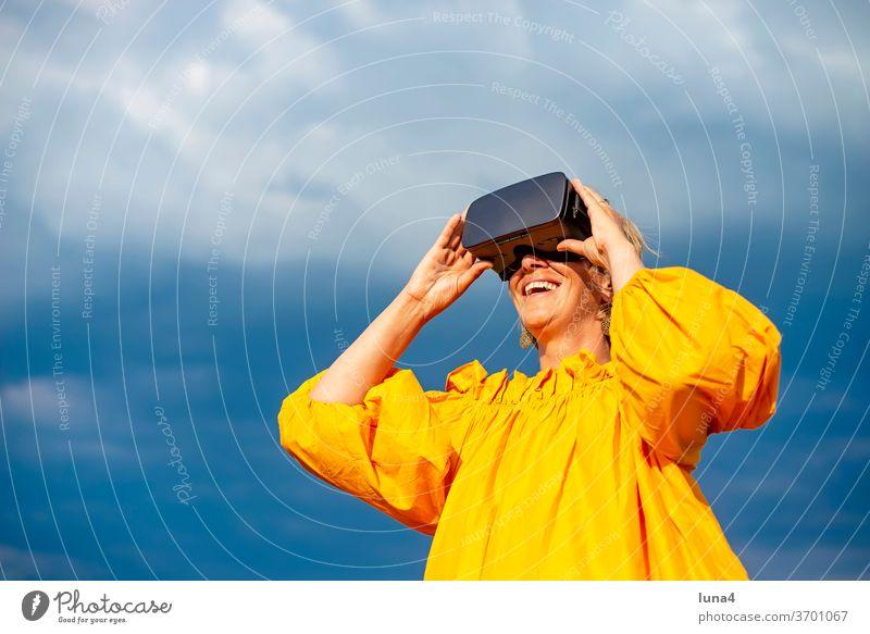 Frau mit VR - Brille VR-Brille virtual reality 3D 3D - Brille virtual reality Brille ansehen virtuell Cyberbrille digital Technologie Digitalisierung entdecken