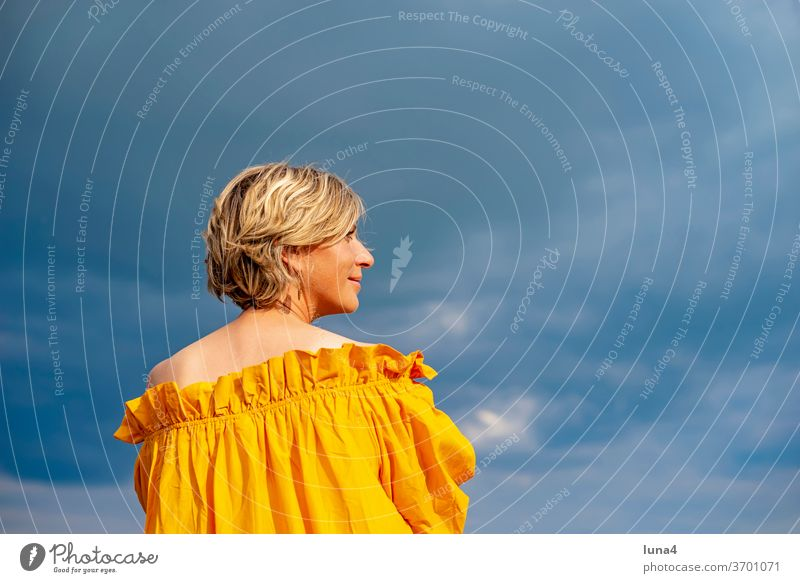 Frauenporträt Porträt lächeln junge Frau glücklich fröhlich Auszeit Glück Freude sinnlich anmutig hübsch Frühling Kleid Zuversicht Lebensfreude Freizeit