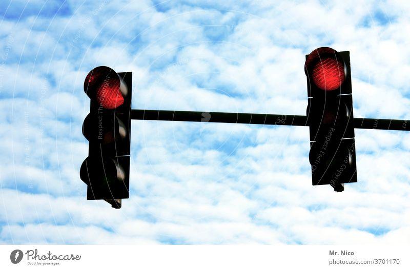 Rote Ampel rote ampel Stop Verkehr Verkehrswege Verkehrszeichen Straßenverkehr Himmel Wolken halt lichtsignal stoppen rotlicht lichtzeichen halten warten