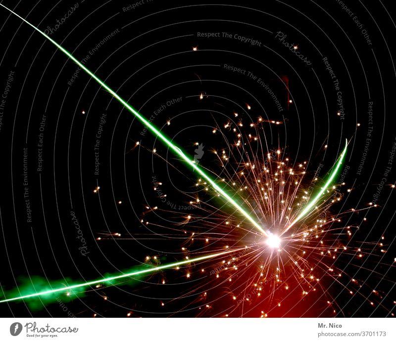 Feuerwerk Feuerwerkskörper Nacht Silvester u. Neujahr Feste & Feiern Party Explosion Nachthimmel dunkel schwarz Veranstaltung Himmel grün rot mehrfarbig