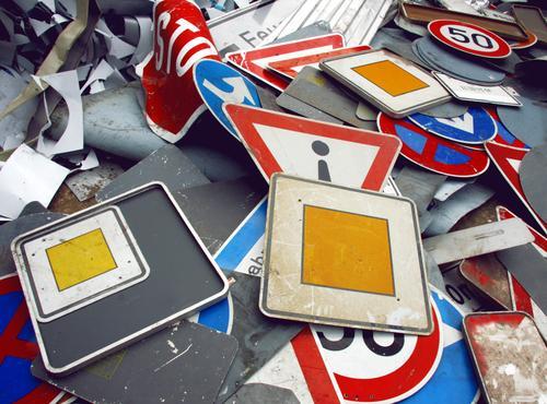 herumliegende ausgediente Schilder Verkehrsschild Verkehrsschilder Vorfahrt Schilder & Markierungen Verkehrszeichen Hinweisschild Chaos Schrott Sammlung