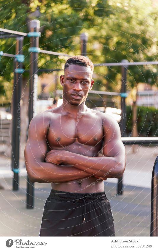 Schwarzer männlicher Athlet auf Sportplatz Sportler muskulös Körper Mann Sportpark Training sich[Akk] entspannen Pause Bestimmen Sie nackter Torso ethnisch