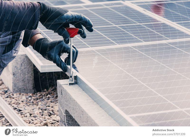Erntehelfer bei der Installation von Solarzellen installieren solar Panel Mann Arbeiter Erneuerung Energie alternativ nachhaltig Mechaniker männlich