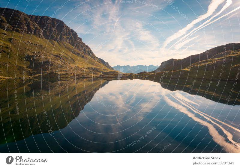 Erstaunliche Aussicht auf bergiges Terrain mit See Berge u. Gebirge Landschaft Gelände Kamm felsig atemberaubend Wasser Gelassenheit friedlich Windstille Sommer