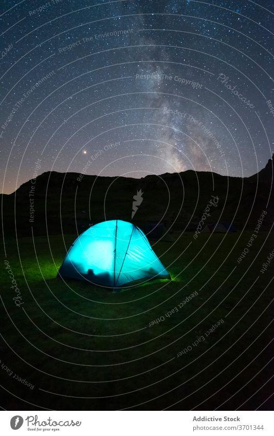 Zelt im Hochlandtal am Abend Berge u. Gebirge Lager sternenklar Nacht Himmel Landschaft spektakulär Campingplatz Wiese Gegend Natur Umwelt malerisch wild