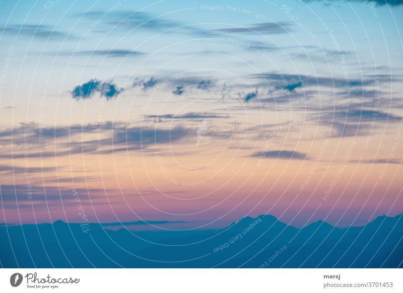 Wenn der neue Tag erwacht Morgendämmerung Tagesanbruch Neuanfang Himmel Sonnenaufgang Natur Sonnenlicht Licht Wolken Farbfoto blaue Stunde