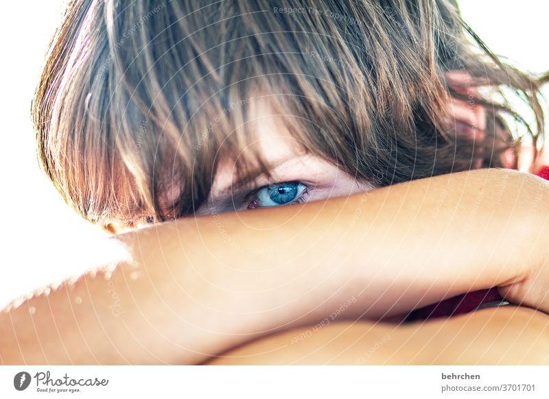 ich hab dich im blick ernst hübsch Auge Junge Familie Farbfoto Kindheit Gesicht Tag frech Licht Sonnenlicht Porträt Nahaufnahme Coolness Kontrast Sohn Blick