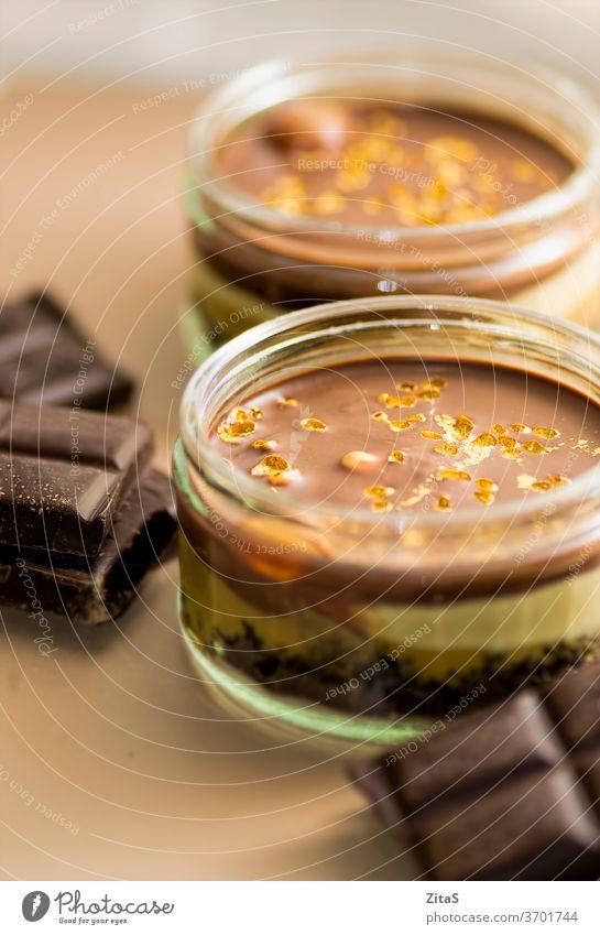Schokoladenkäsekuchen mit Zartbitterschokolade Käsekuchen Kuchen Pudding schokoladig süß dunkel geschmackvoll lecker Dessert serviert Sahne Rezept Portion essen