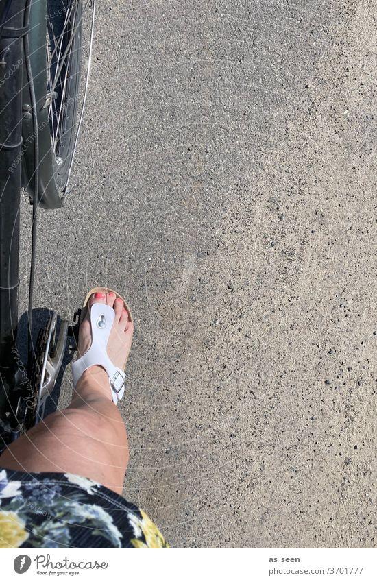 Fahrrad fahren Fuß Pedal Straße Zehentreter Außenaufnahme Fahrradfahren Verkehr Lifestyle Gesundheit urban Radfahren Radfahrer Stadt Sommer Vogelperspektive