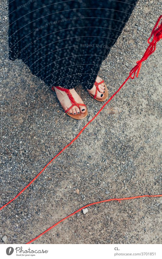 frau mit roter hundeleine Frau Hundeleine Fuß Rock Schuhe Sommer Mensch stehen Erwachsene Leine Schnur Boden