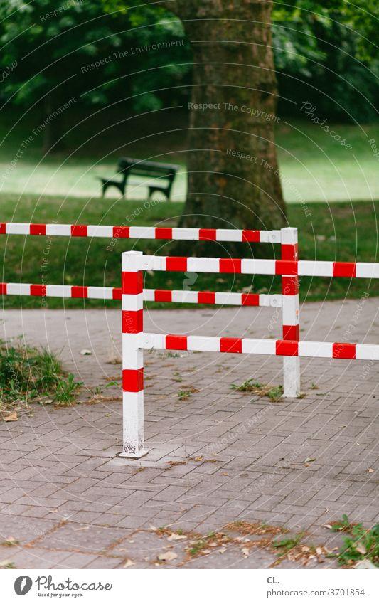 barriere und bank Barriere Bank Wiese Park Wege & Pfade Baum ruhig Natur Menschenleer Außenaufnahme Farbfoto