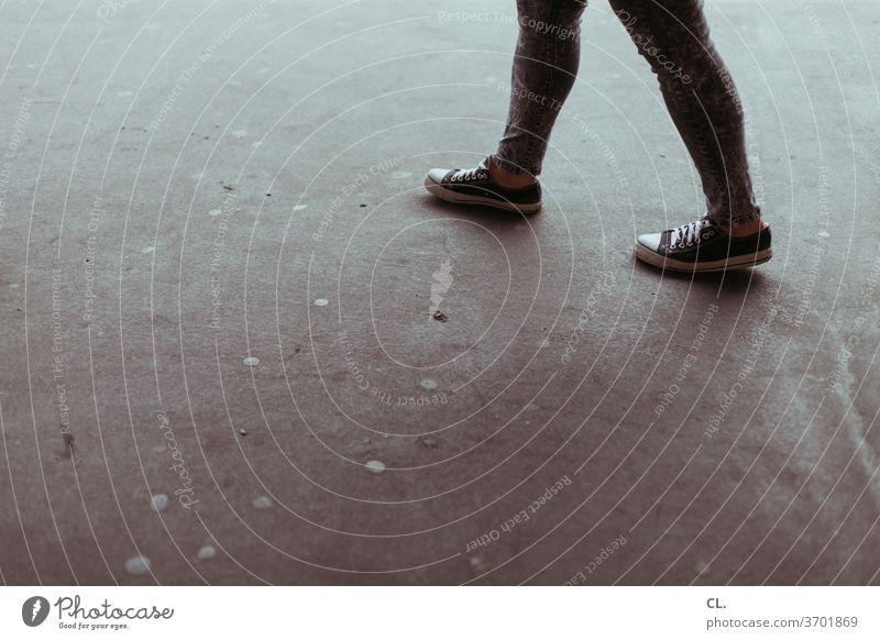 gut zu fuß Beine laufen gehen Schuhe Fuß Fußgänger Asphalt Wege & Pfade Mensch Straße Bewegung bewegen Jugendliche authentisch Spaziergang 1 Junge Frau