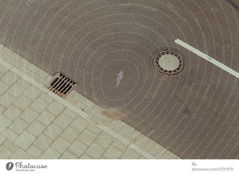 straße und gully Straße Gully Straßenablauf Verkehrswege Asphalt Wege & Pfade Linie Strukturen & Formen grau Streifen Menschenleer Außenaufnahme Farbfoto Gulli