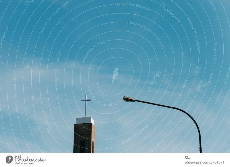 kirche Kirche Religion & Glaube Kreuz Symbole & Metaphern Straßenlaterne Himmel Blauer Himmel Schönes Wetter Christliches Kreuz Christentum Gott Hoffnung