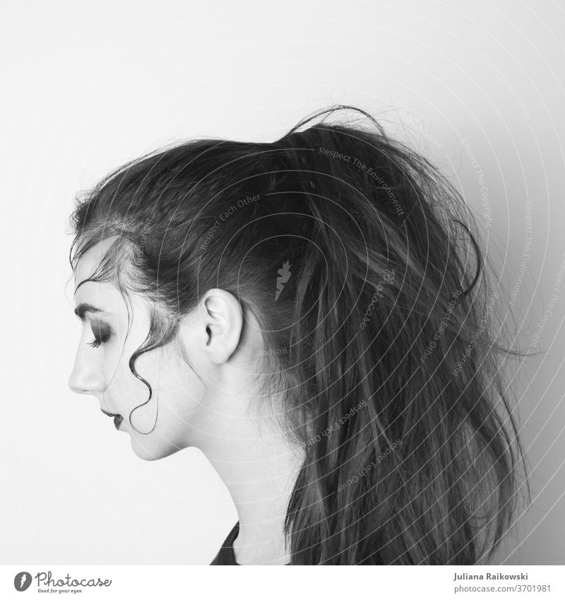 Frau mit Zopf in schwarz weiß Porträt vom der seite Seite Gesicht Haare & Frisuren Blick Nase Mund Kopf Schwarzweißfoto Silhouette Mensch feminin schön 1