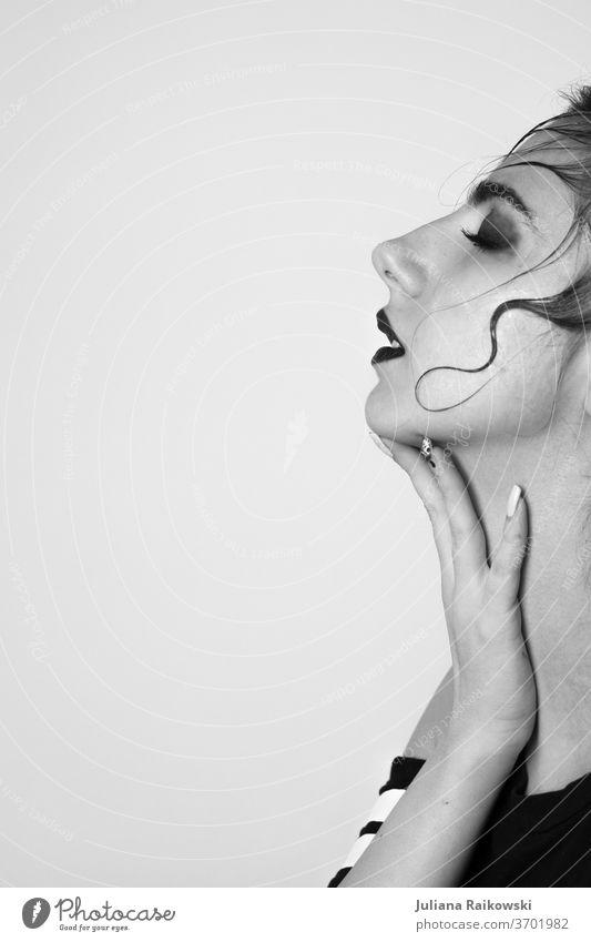 Frau von der Seite berührt ihren Hals - schwarz weiß Schwarzweißfoto Porträt Gesicht Haare & Frisuren Blick Nase Mensch Dame feminin lasziv Lippen Kopf
