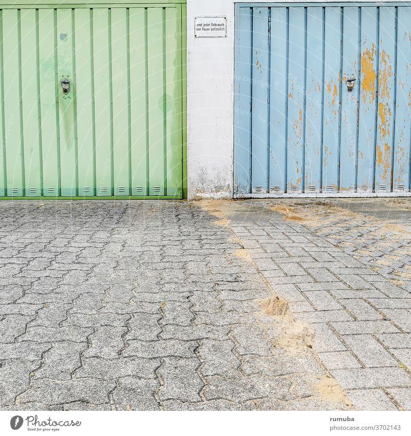 Alte Garagentore grün und blau. Tor Stadt Zeichen parken Anstrich Fuge Wand Verkehr Schilder & Markierungen freihalten Rücksichtnahme Autoverkehr Aufforderung