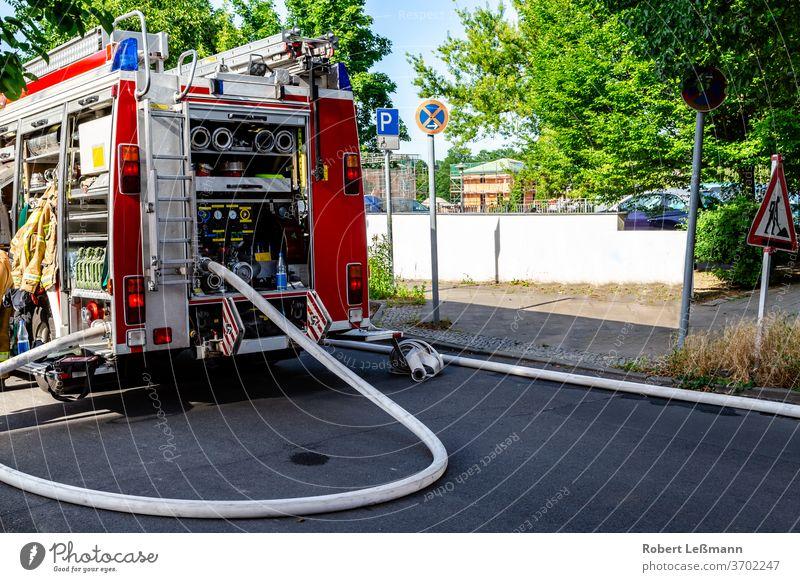 Berlin, 08.06.2018 ein Löschfahrzeug mit umfangreicher Ausrüstung Feuerwehrauto Schlauch Brandbekämpfungsausrüstung Ausrüstung zur Brandbekämpfung