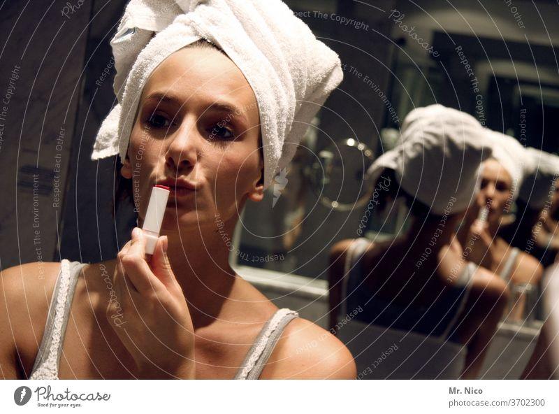 ich brauch nur noch 5 minuten dann können wir los.. Lippenstift Mund schön Schminke Kosmetik Badezimmer Spiegel Spiegelbild Reflexion & Spiegelung feminin