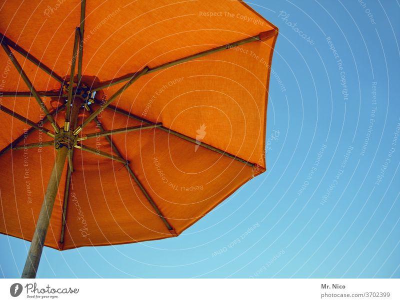 summertime Sommer Sonnenschirm Sommerurlaub sommerlich Blauer Himmel Wetterschutz Schönes Wetter orange Sommertag Leichtigkeit Sonnenlicht Tourismus