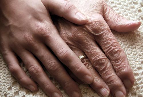 Gegensätze I ALT und jung Hände Hand Finger Vertrauen alt berühren Gefühle Haut Leben Weisheit Hautfalten Lebensalter Wärme authentisch Lebensfreude Sicherheit