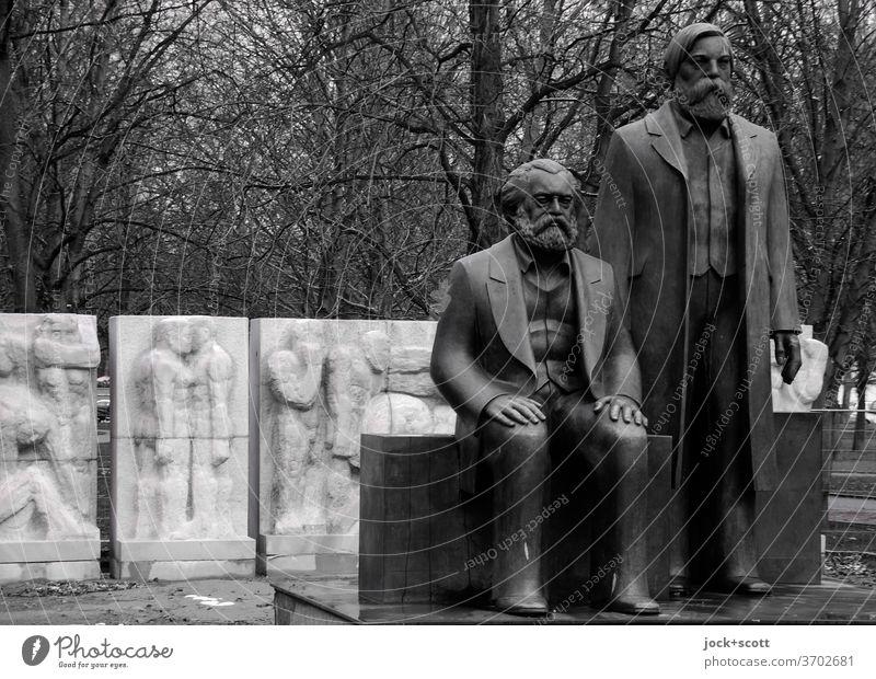Denkmal für Marx und Engels Karl Marx Friedrich Engels Statue Skulptur Philosophie DDR Kommunismus Vergangenheit kahle Bäume Bronze Gedenken Politik & Staat